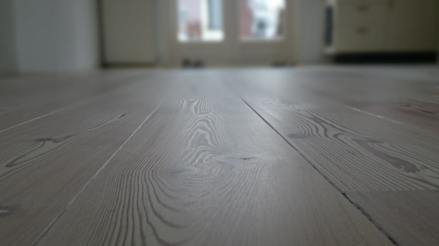 Verkleurde grenen vloer weer modern wit maken