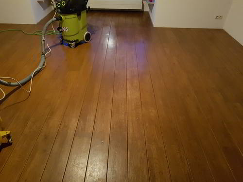 Houten vloer laten schuren en grijs kleuren aflakken met projectlak