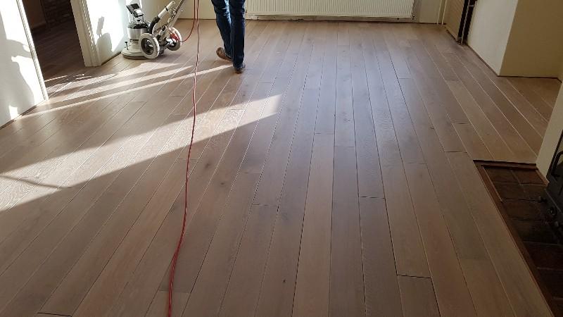 Donker eiken vloer lichter maken eiken vloer schuren en lichter
