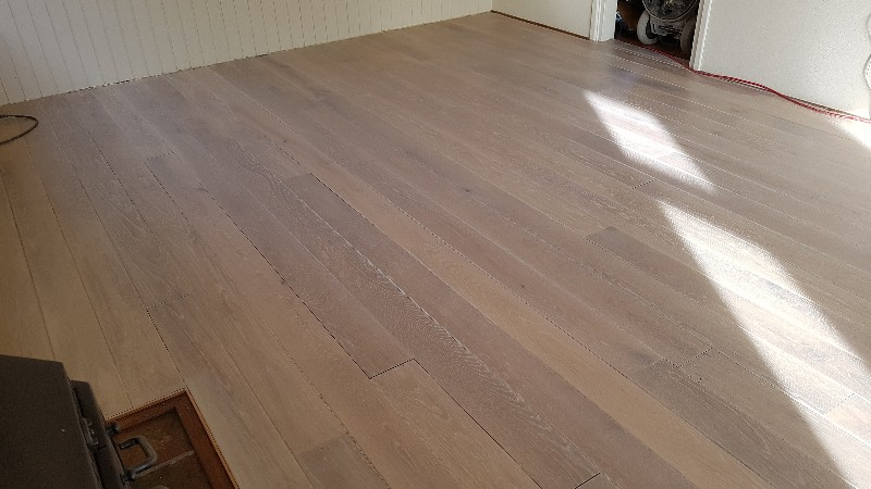 Eiken vloer schuren en white wash uitgevoerd door j g parket in